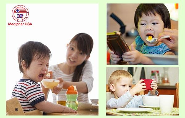 Dụ dỗ trẻ lơ là để đút thức ăn là một hành vi sai lầm